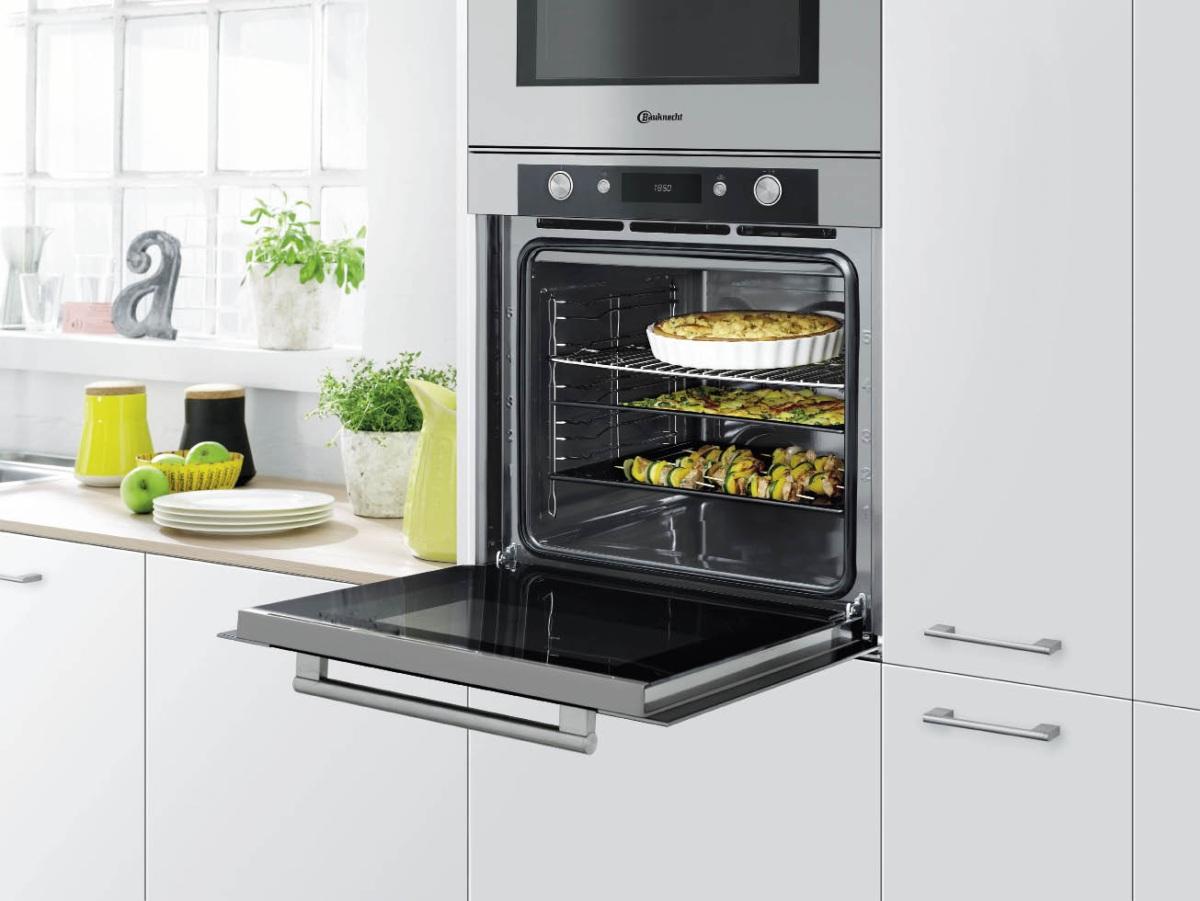 Встроенный духовой шкаф на белой кухне