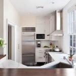Хромированный холодильник в маленькой кухне
