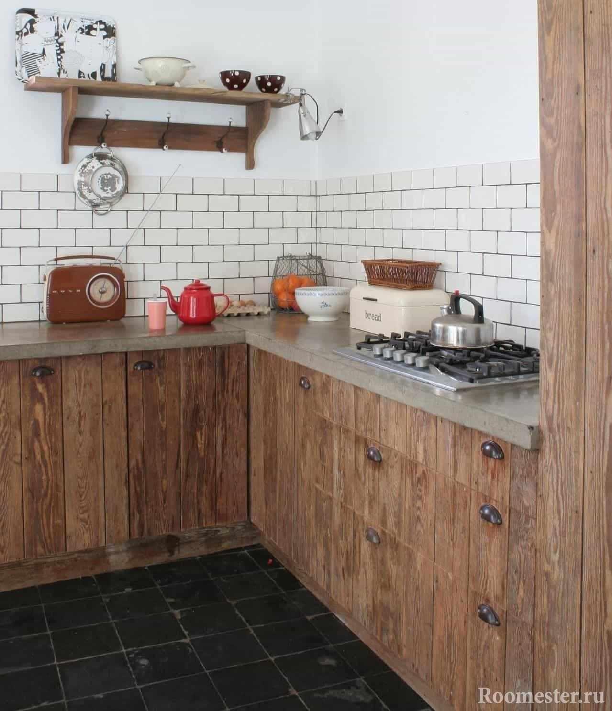 Кухня в деревенском стиле с искусственно состаренными фасадами