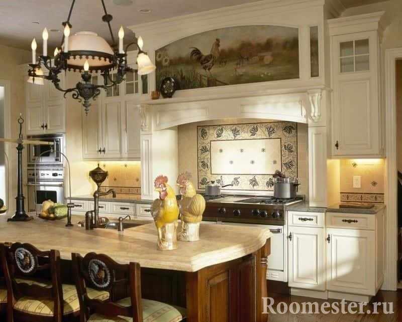 Красивая кухня в деревенском стиле с элементами росписи на фасадах