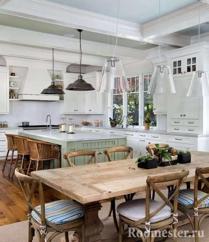 Белая кухня с деревянной мебелью