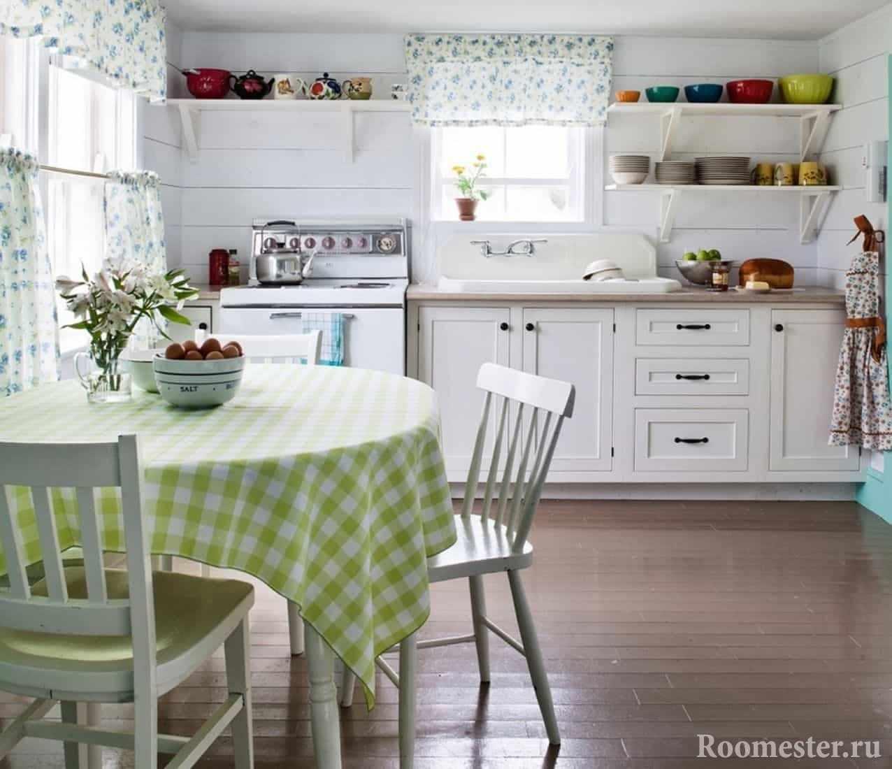 Светлая кухня с элементами декора в деревенском стиле