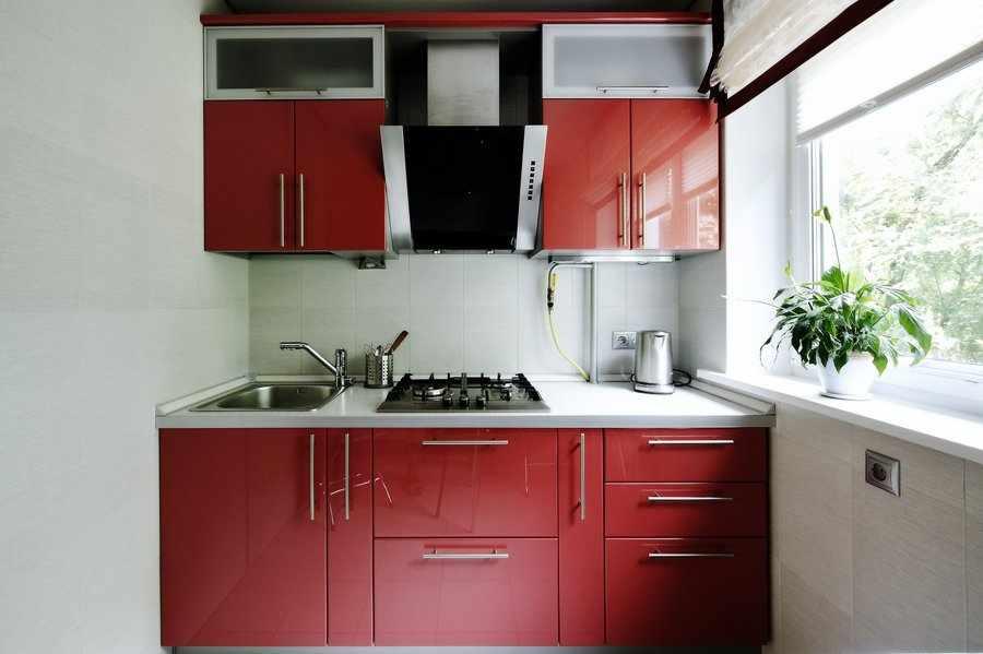 Кухня линейная в один ряд красная