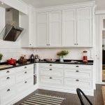 Белая кухонная мебель с темными столешницами