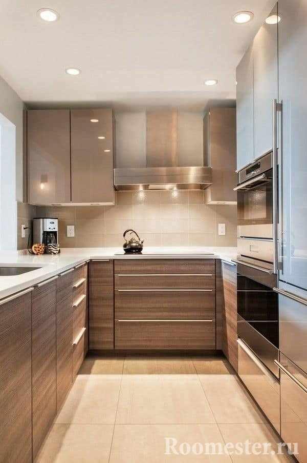 Узкая длинная кухня со встроенной техникой