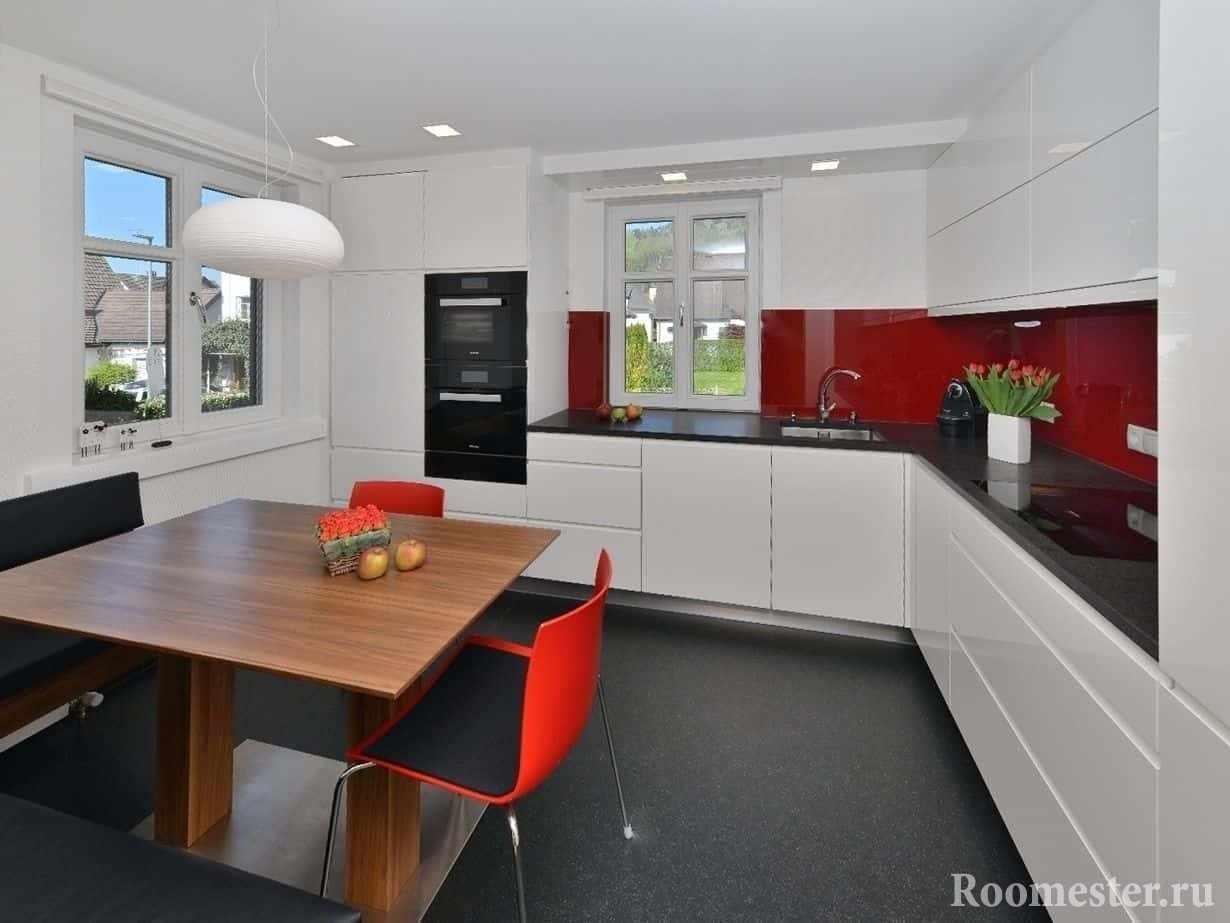 Белый матовый потолок расширит пространство небольшой кухни в стиле хай тек