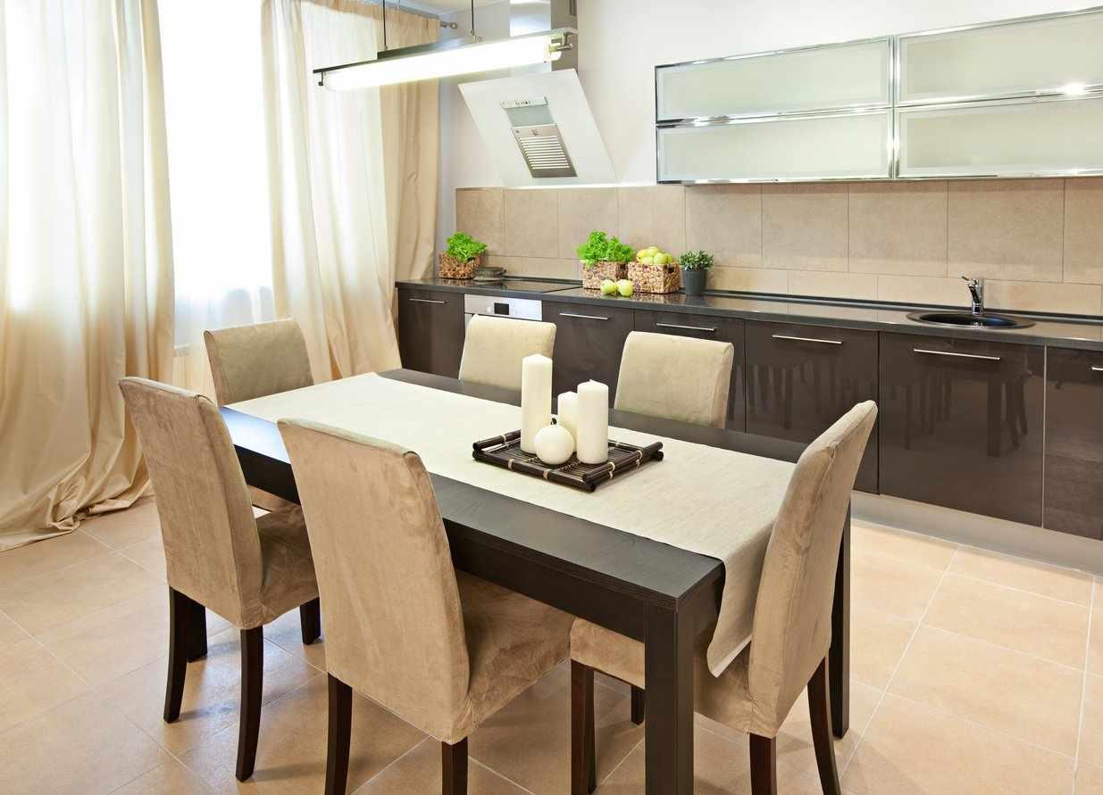 Интерьер кухни со столом