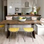 Металлические стулья у стола