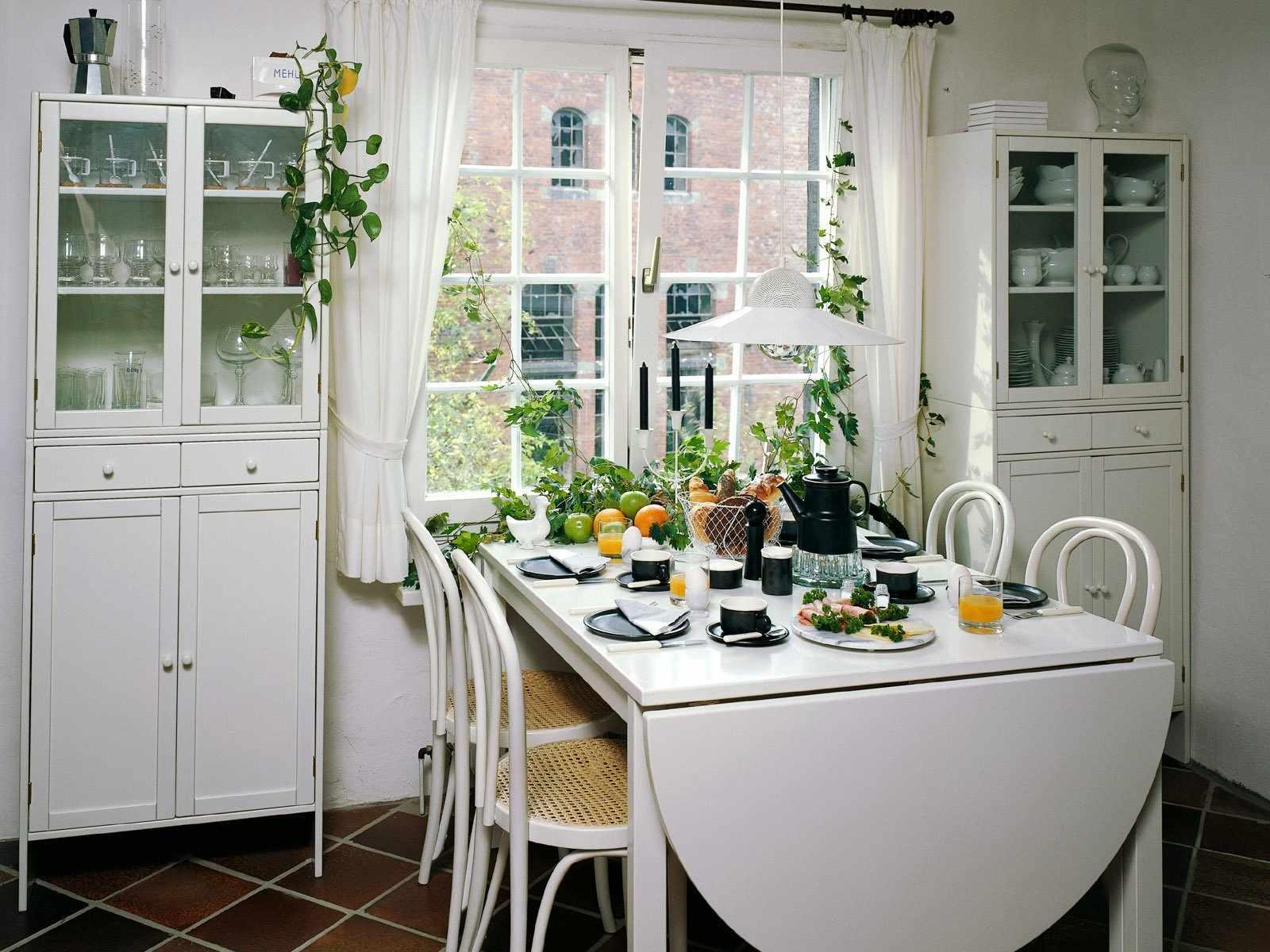 Кухонный стол на четырех ножках в интерьере