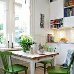 Зеленые стулья вокруг белого стола