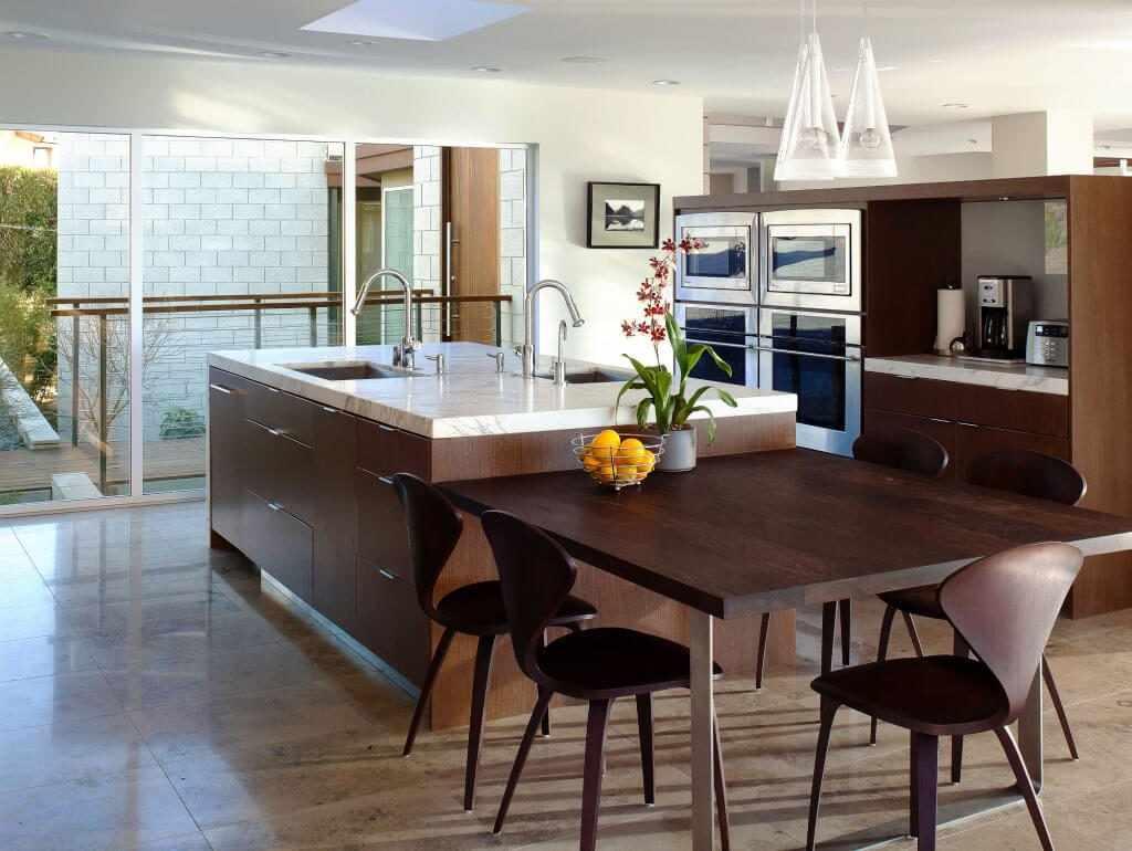 Темный кухонный стол в интерьере