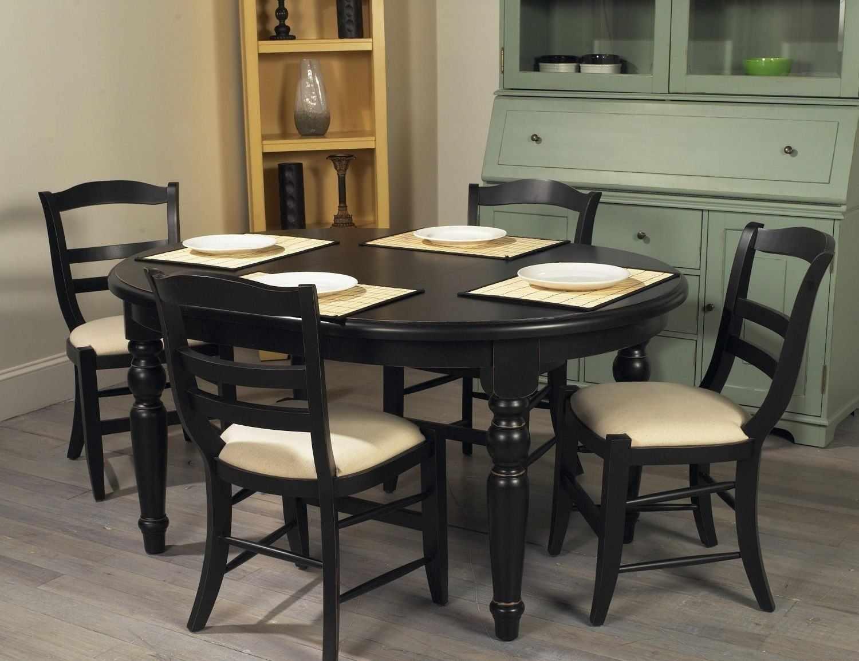 Небольшой кухонный стол в интерьере