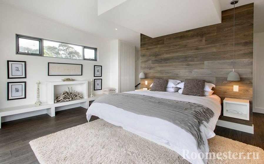 Декоративный камин и картины на стене напротив кровати
