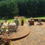 Круги с очагом и садовой мебелью в зоне отдыха