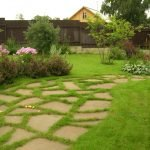 Оформление дорожки бутовым камнем и газонной травой