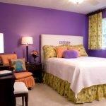 Спальня с сиреневыми обоями
