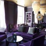 Темно-фиолетовая мебель в гостиной