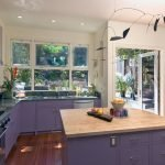 Фиолетовый мебельный гарнитур для кухни