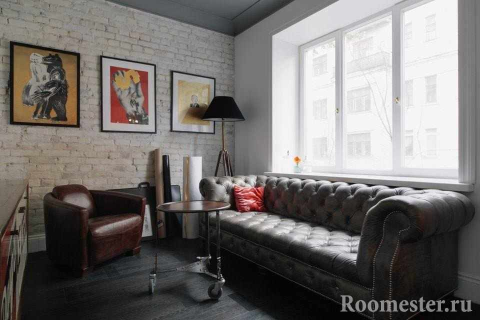 Маленькая гостиная с кожаной мебелью