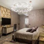 Спальня с люстрой в бежевых тонах