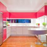 Яркая розовая кухня