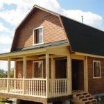 Дом с крыльцом и ломаной крышей