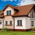 Дом с небольшим балконом