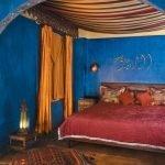 Сочетание синего и бордового в дизайне спальни