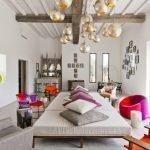 Яркие акценты в интерьере светлой комнаты