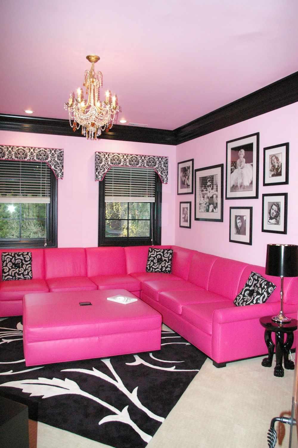 Розовый диван с подушками в восточном стиле