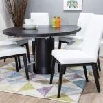 Стол и стулья темного цвета