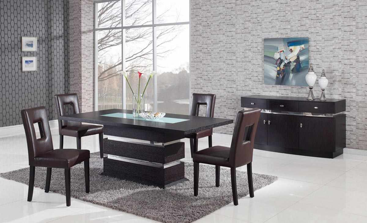 Комната для приема гостей с деревянной мебелью