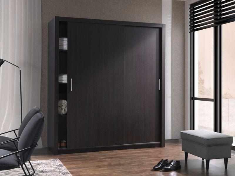 Темная мебель и пол в комнате