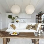 Подушки из мешковины на белом диване