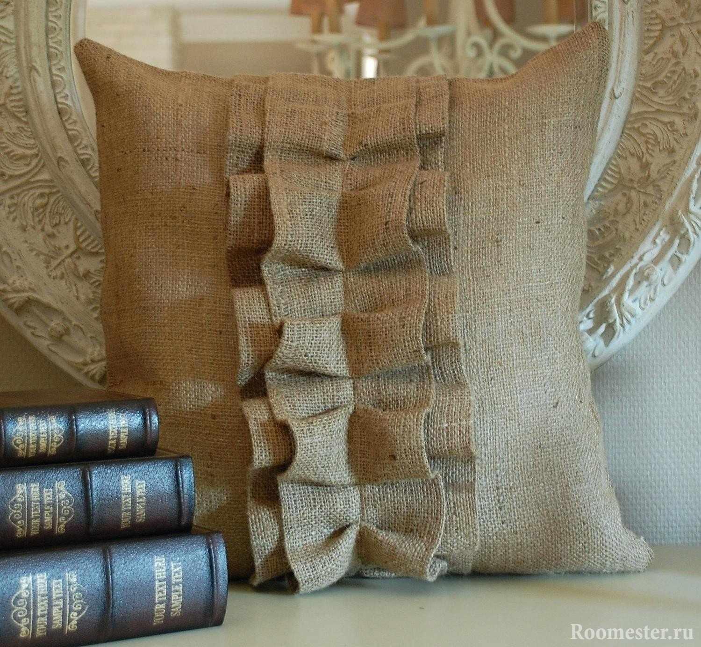 Книги и подушка из мешковины