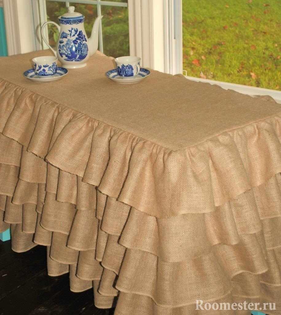 Скатерть из мешковины на столе
