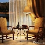 Столик, лампа и кресла у окна