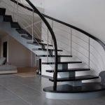 Лестница на тетивах из металла