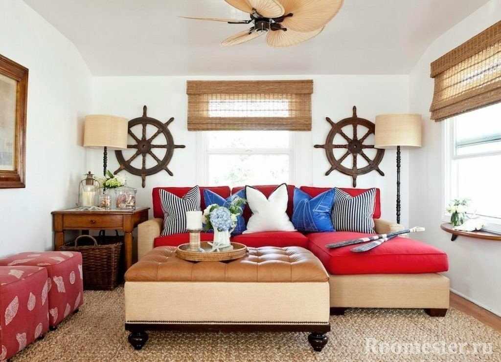 Штурвалы над диваном