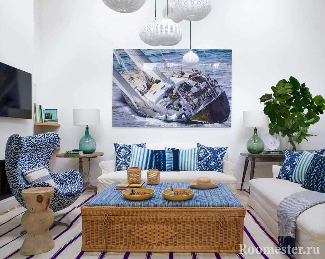 Плетеный столик в гостиной