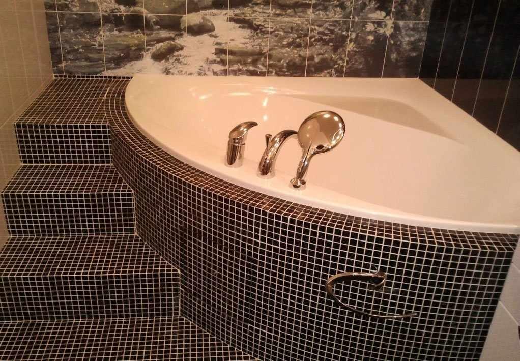 Угловая ванна со ступеньками