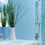 Голубая мозаика на стенах ванной