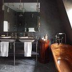 Деревянная ванна в сером интерьере