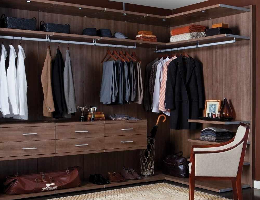 Кресло в гардеробной