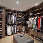 Банкетка посередине гардеробной