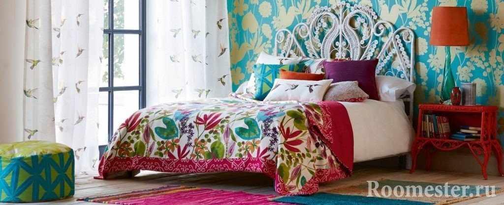 Мятная спальня с пестрыми деталями
