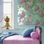 Мятная спальня в сочетании с яркими и нежными цветами