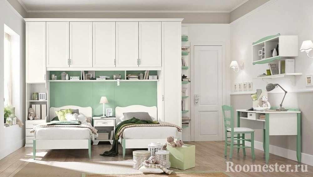 Сочетание белого и мятного цвета в интерьере детской комнаты