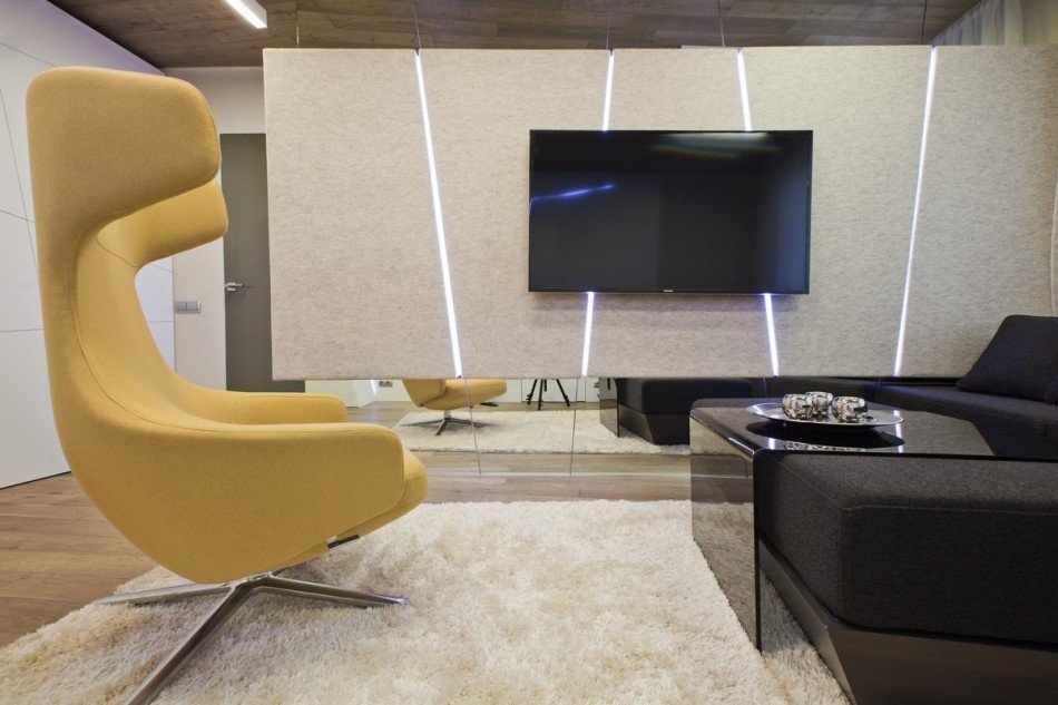 Интерьер с телевизором на перегородке