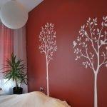 Белые деревья на красной стене